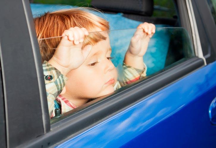 Запрещено оставлять детей в машине