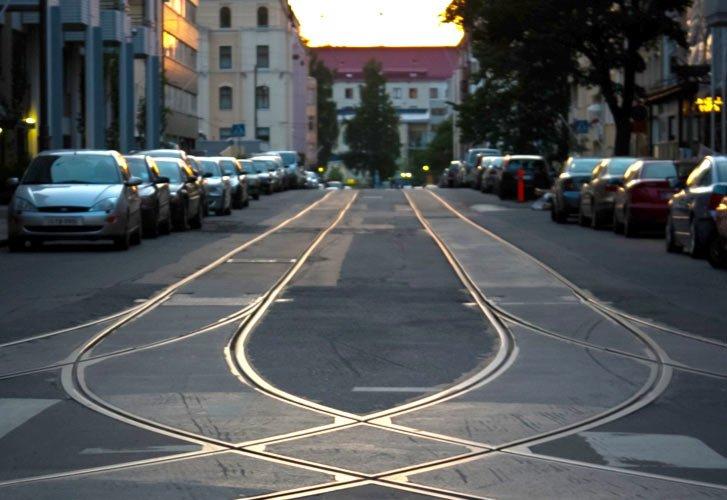 Рельсы слева от проезжей части