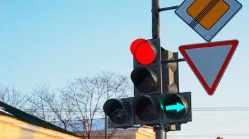 На какой сигнал светофора запрещено движение