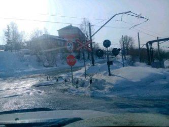 Знак стоп на переезде со светофором
