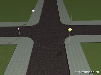 перекресток со светофором и знаком главная дорога